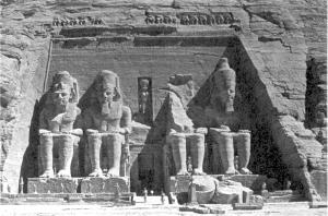 Фасад огромного храма в Абу-Симбеле