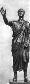 Статуя римлянина.