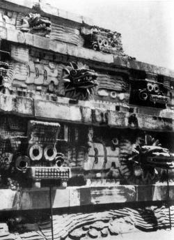 Фрагмент стены Храма Кецалькоатля в Теотихуакане.